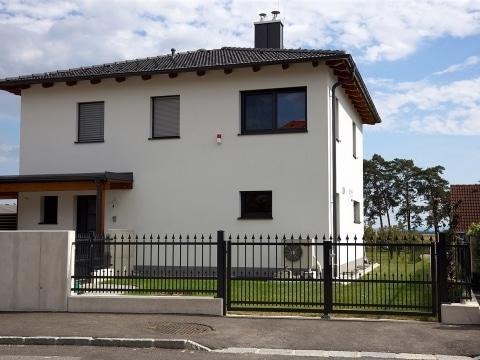 OZ 19852 | modernes Haus mit schwarzem Schmiede-Alu-Zaun mit Spitzen und Gehtür | Svoboda