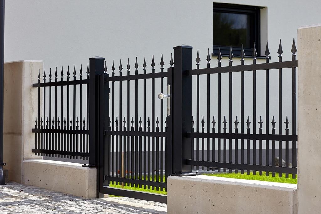 OZ 19853 | Schmiede-Alu-Zaun mit Tür, 2 unterschiedlich lange Stabreihen mit Spitzen, schwarz | Svoboda
