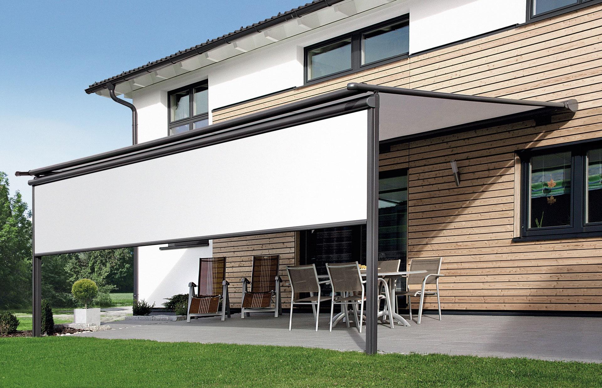 PM 04 | Pergola Beschattung weiß elektrisch, Alugerüst grau, Holzfassade bei modernem Haus | Svoboda