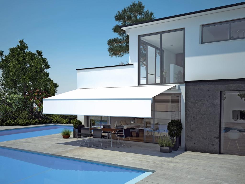 Q 03 | Terrassenbeschattung offen weiß, Volantmarkise mit Kasette, modernes Haus mit Pool | Svoboda