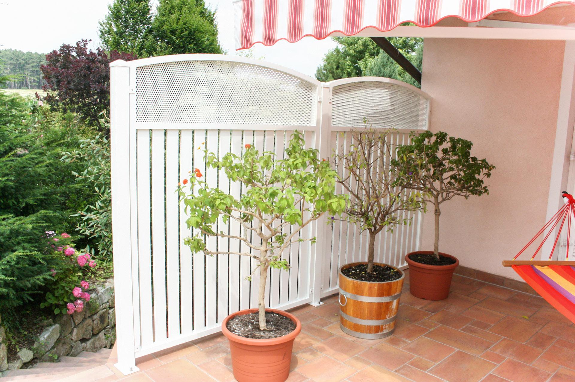 Sichtschutz 09 b | Aluminiumlattung vertikal mit Lochblech weiß bei Terrasse | Svoboda Metalltechnik