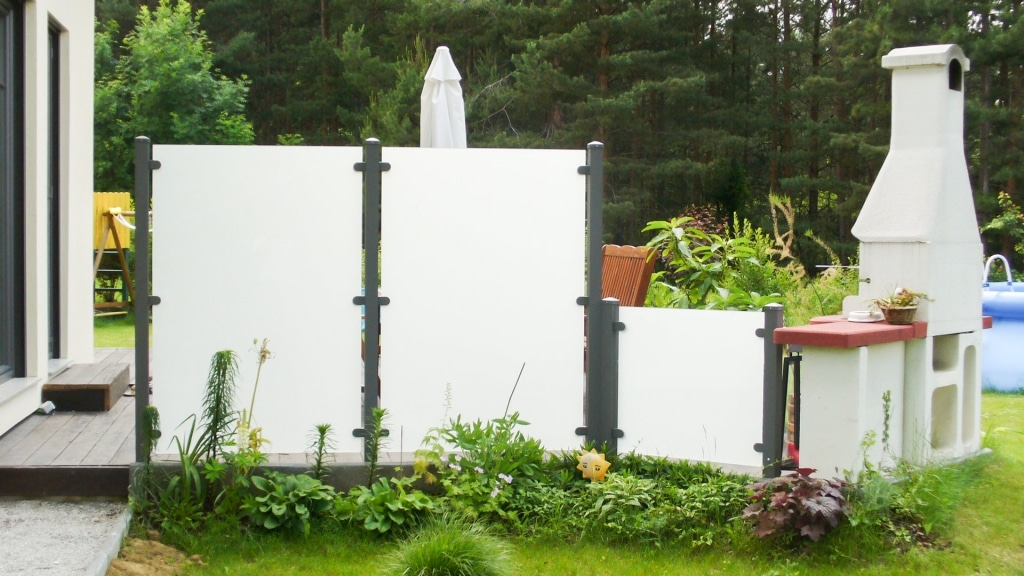 Sichtschutz 10 | Aluminiumsteher anthrazit mit Mattglas bei Terrasse | Svoboda Metalltechnik