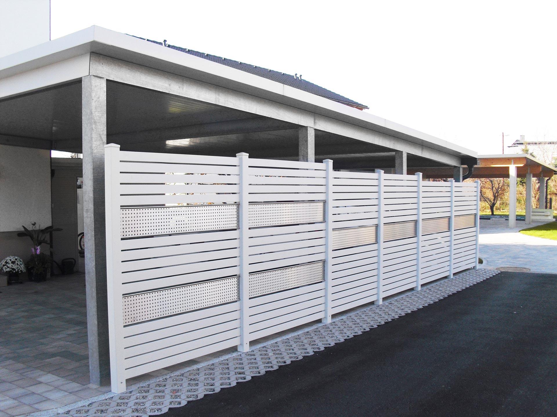 Sichtschutz 20 | Aluminiumzaun weiß mit horizontaler Lattung und Edelstahl-Lochblech | Svoboda