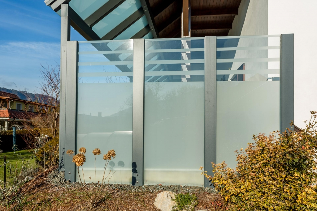 Sichtschutz 21 a | Glaswand mit matter Folie und Streifen bei Terrasse, Windschutz Fixglas | Svoboda