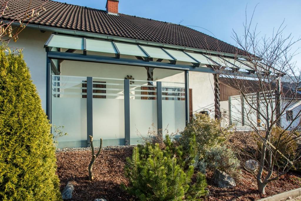 Sichtschutz 21 c | Windschutz aus Glas bei Terrasse, Sichtschutz-Mattglas gestreift | Svoboda Metalltechnik
