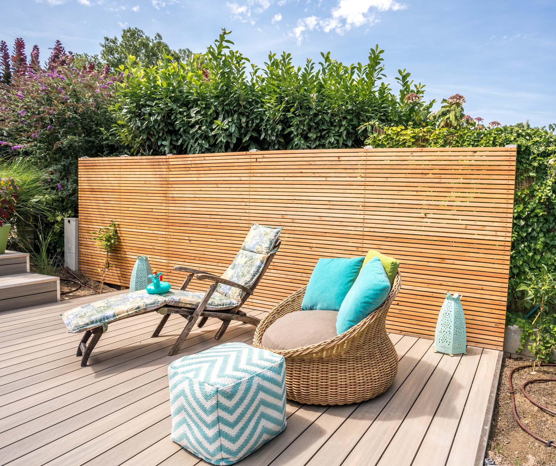 Sichtschutz 22 a | Blickdichte Wand im Garten bei Poolbereich aus waagrechten Holz-Latten | Svoboda Metalltechnik