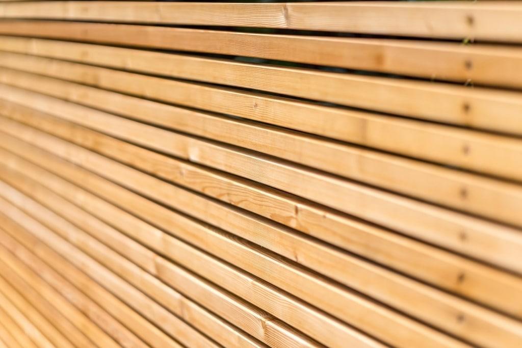 Sichtschutz 22 b | Sichtschutzwand aus waagrechten dünnen Holzlatten | Svoboda Metalltechnik