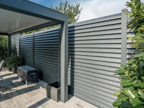 Sichtschutz 23 | Blickdichter Zaun aus Aluminium Lamellen anthrazit auf Terrasse | Svoboda