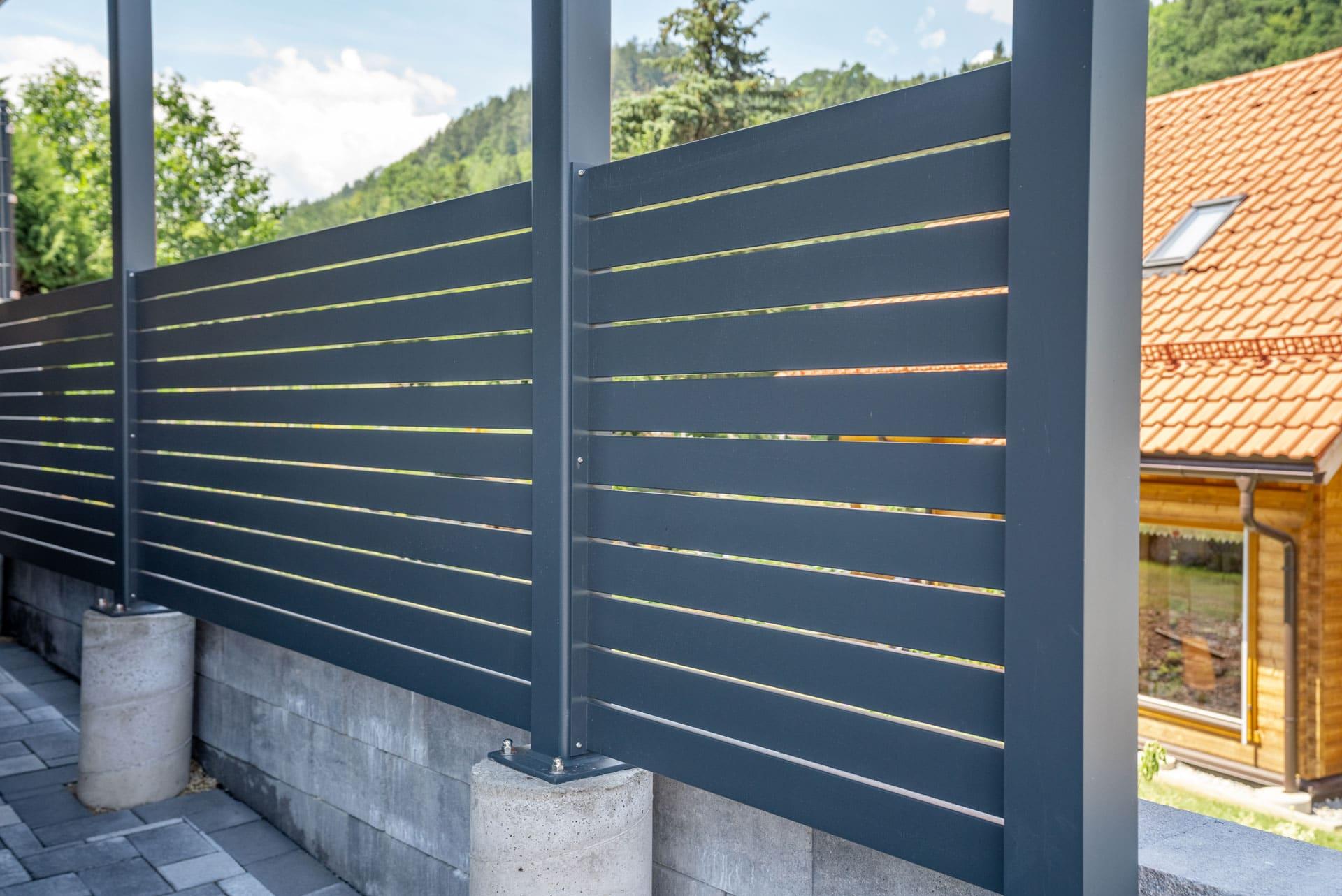 Sichtschutz 25 b | Aluminium Querlattung Anthrazit bei Carport | Svoboda Metalltechnik
