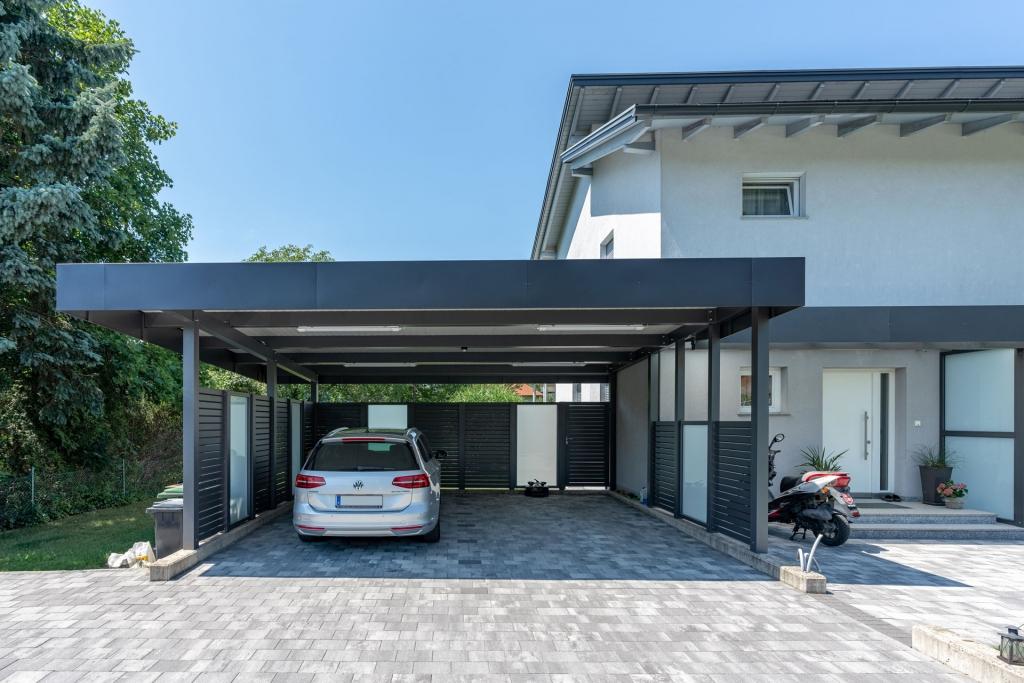 Sichtschutz 26 a | Aluminium Querlattung anthrazit mit Mattglas seitlich bei Carport | Svoboda Metalltechnik