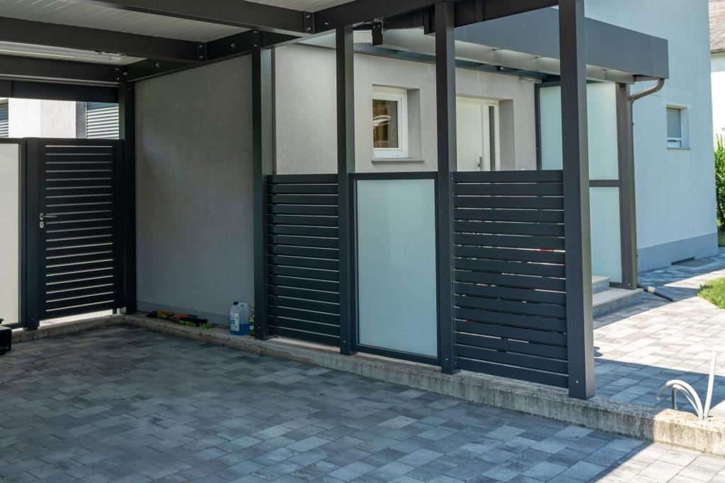 Sichtschutz 26 c | Verkleidung bei Carport aus vertikalen Alu-Latten und Mattglas | Svoboda Metalltechnik