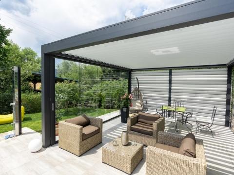 Sichtschutz 27 a | Sichtschutzwand bei Terrasse aus weißen Alulamellen | Svoboda Metalltechnik