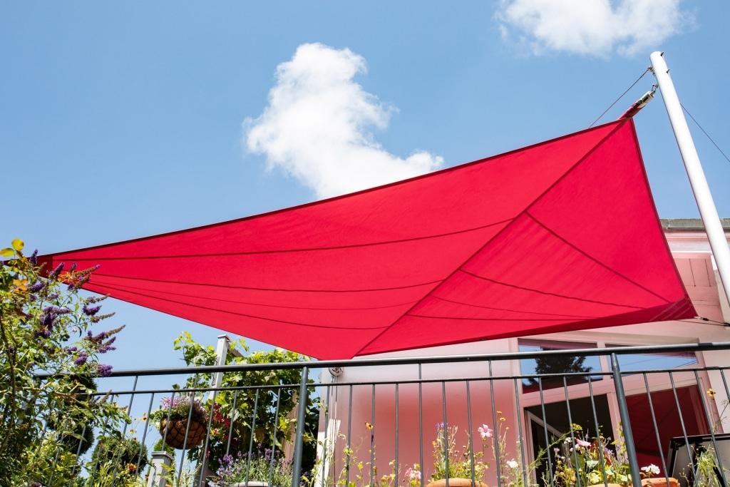 Sonnensegel A 02 | geöffnetes rotes Sonnenschutz Tuch auf Terrasse | Svoboda Metalltechnik