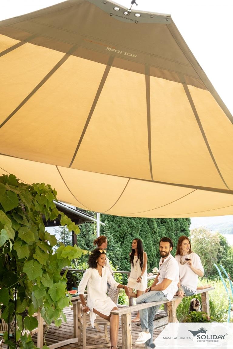 Sonnensegel C 02 | gelbes Sonnenschutzsegel, Freunde in gemütlicher Runde | Svoboda Metalltechnik