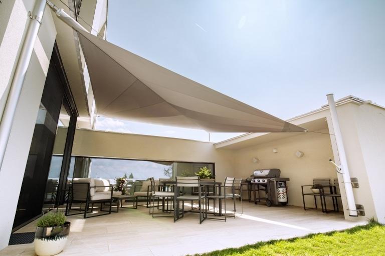 Sonnensegel C 03 a | grau, geöffnet auf moderner Terreasse | Svoboda Metalltechnik