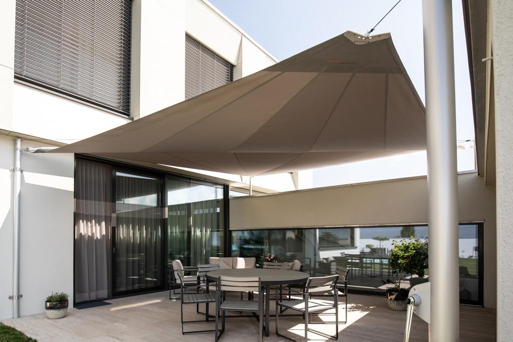 Sonnensegel C 03 b   Terrassenbeschattung, graues Sonnenschutztuch über Sitzgarnitur   Svoboda