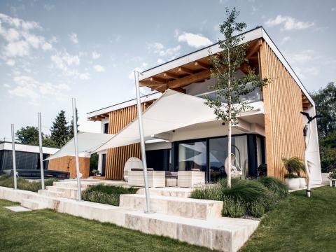 Sonnensegel CS 01 | zwei weiße Sonnensegel auf Terrasse bei modernem Haus | Svoboda
