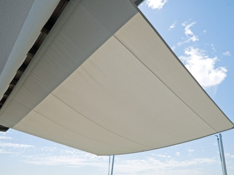 Sonnensegel CS 03 | weißer, geöffneter Sonnenschutz auf Terrasse aus Tuch | Svoboda Metalltechnik