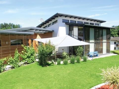 Sonnensegel M 01 a | bei modernem Haus, weiß, geöffnet, auf Terrasse | Svoboda Metalltechnik