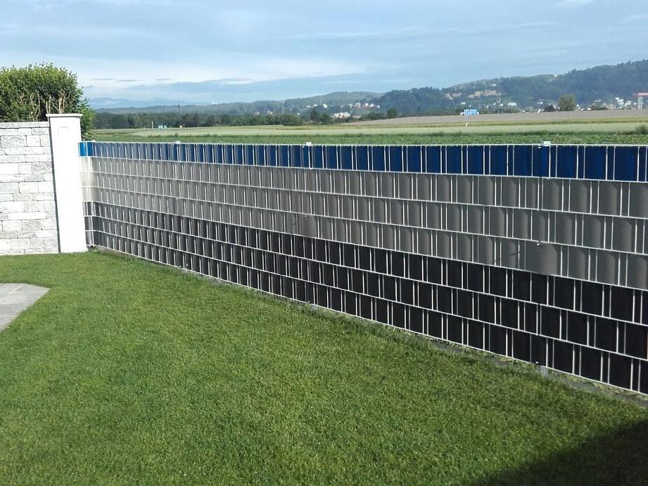 STZ 03   Einfriedung Sichtschutzzaun, verschiedenfarbige Sichtschutzstreifen schwarz-blau-grau   Svoboda