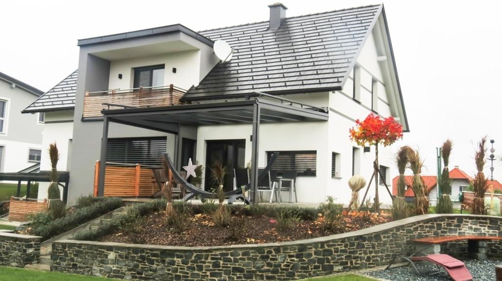 Terrassendach Alu 13 b | dunkelgrau bei modern-klassischem Einfamilienhaus weiß | Svoboda Metall
