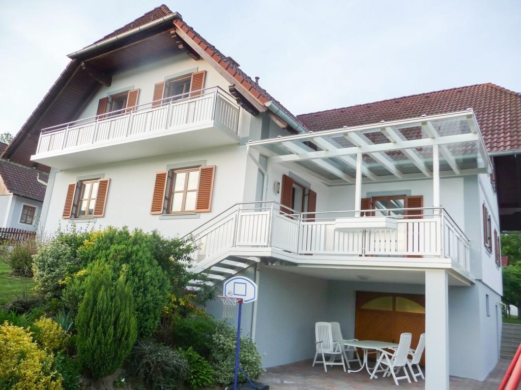 Terrassendach Alu 42 a | weiße Überdachung aus Alu-Glas bei klassischem Einfamilienhaus | Svoboda