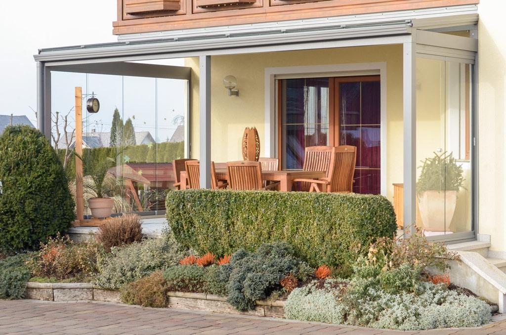 Terrassendach Alu 59 a | grau pulverbeschichtet, seiltiche Schiebe-Elemente als Windschutz | Svoboda