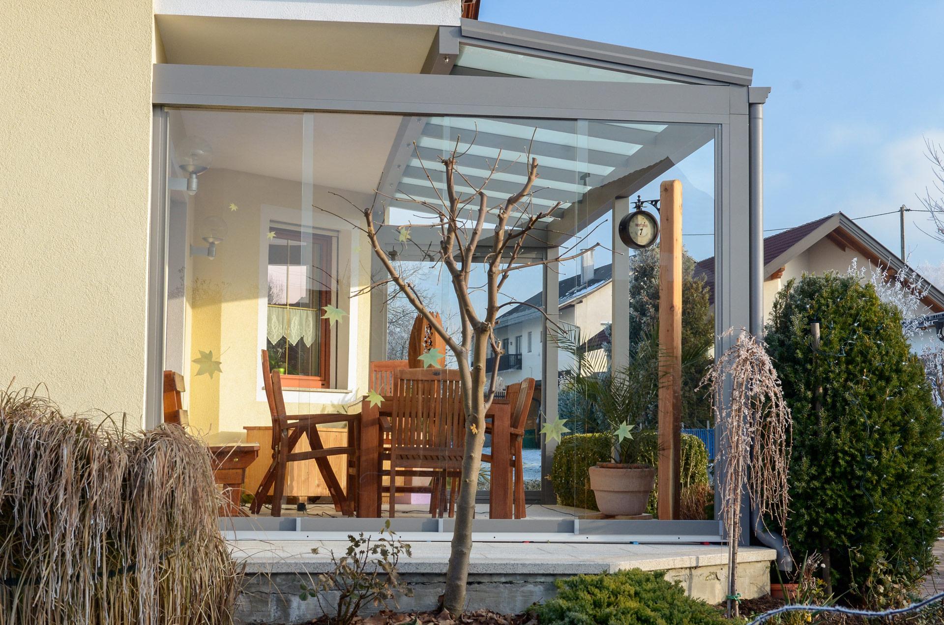 Terrassendach Alu 59 c | Winschutz Schiebe-Seitenverglasung, an Balkonbodenplatte montiert | Svoboda