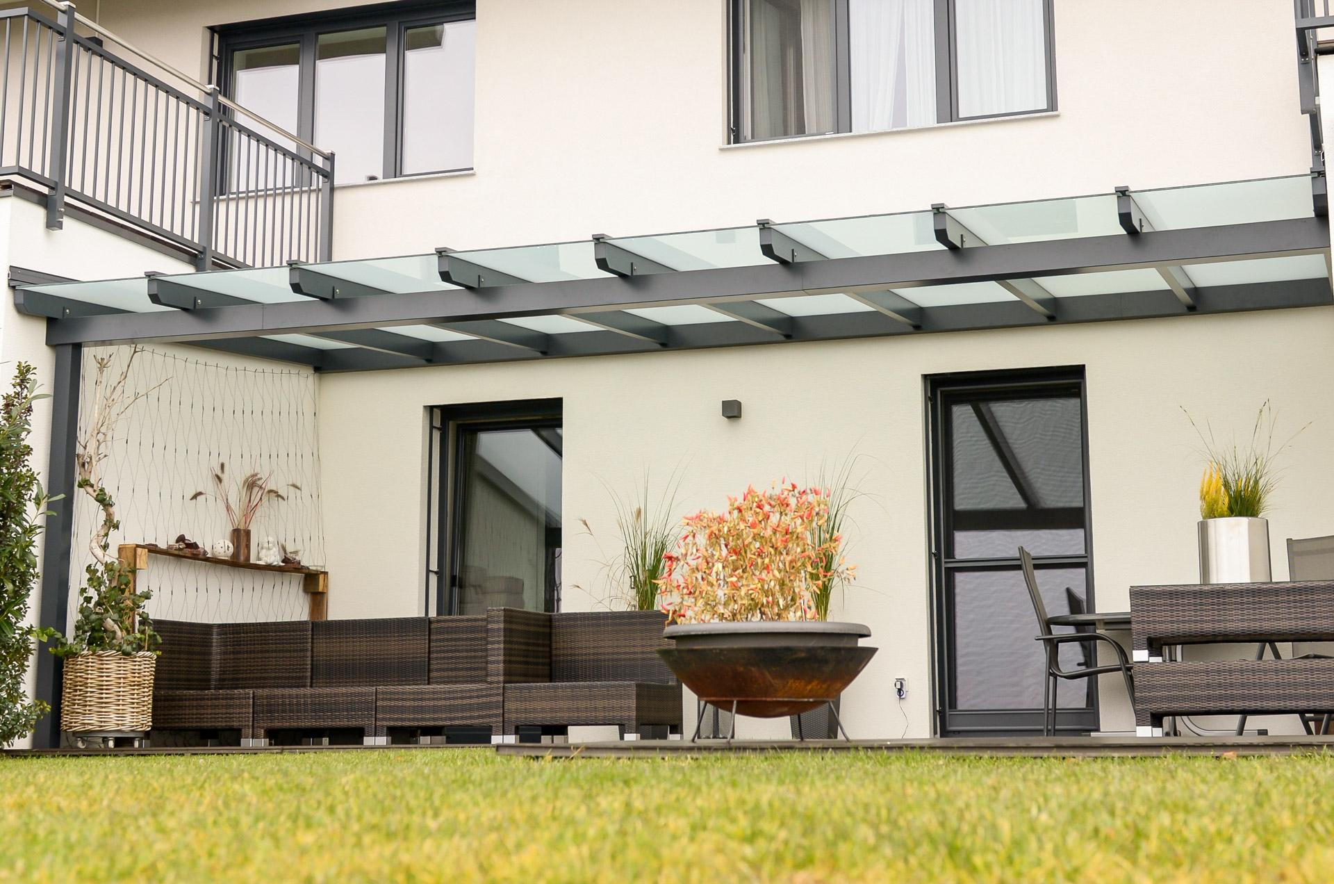 Terrassendach Alu 63 | moderne graue Alu-Glas-Überdachung, dreiseitig bei Mauer befestigt | Svoboda