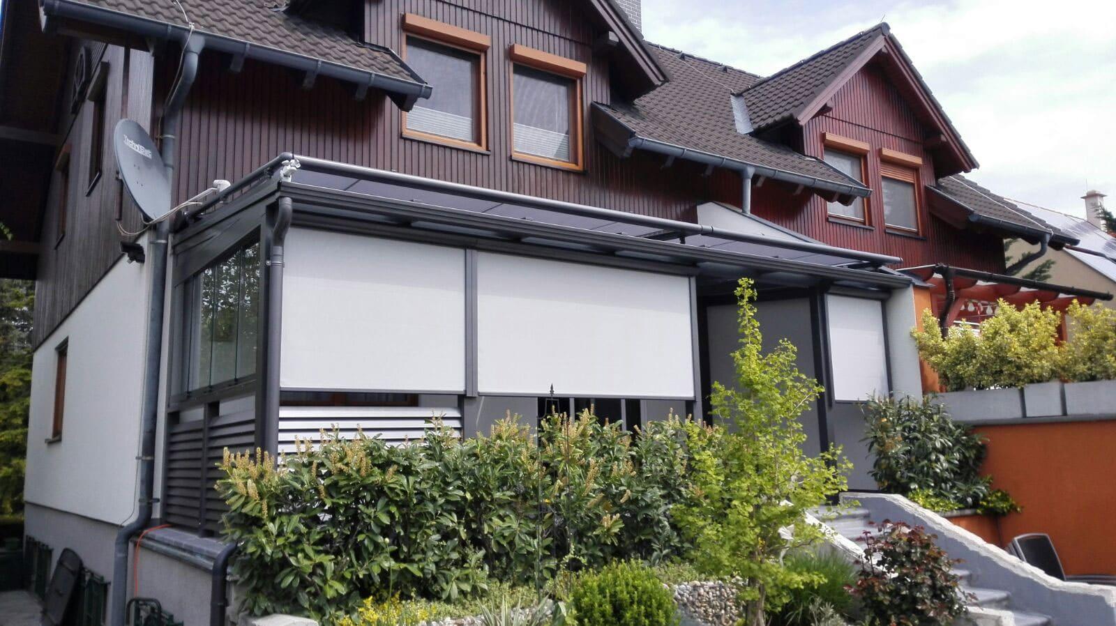 Terrassendach Alu 69 | Alu-Lamellen-Geländer, hellgraue Sekrechtmarkisen, Seitenverglasung | Svoboda