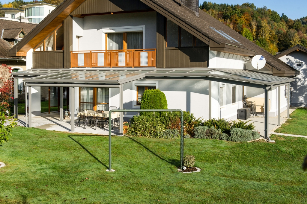 Terrassendach Alu 70 a | Alu-Glas-Dach über Ecke bei Haus mit unterschiedlichen Dachtiefen | Svoboda