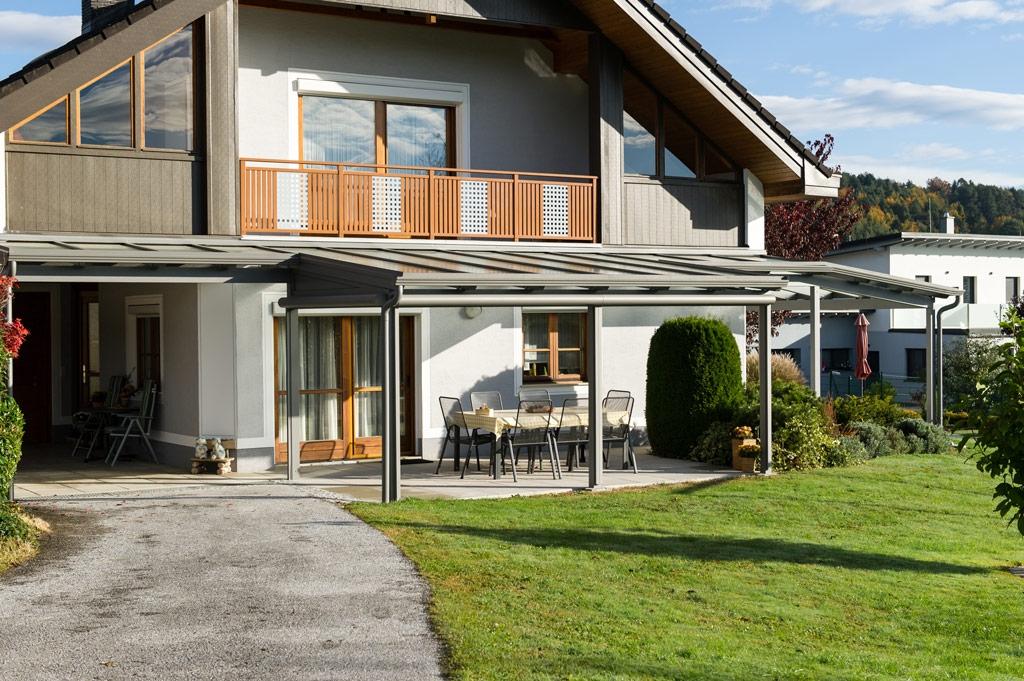 Terrassendach Alu 70 b | Alu-Glas-Dach über Ecke bei Haus mit unterschiedlichen Dachtiefen | Svoboda