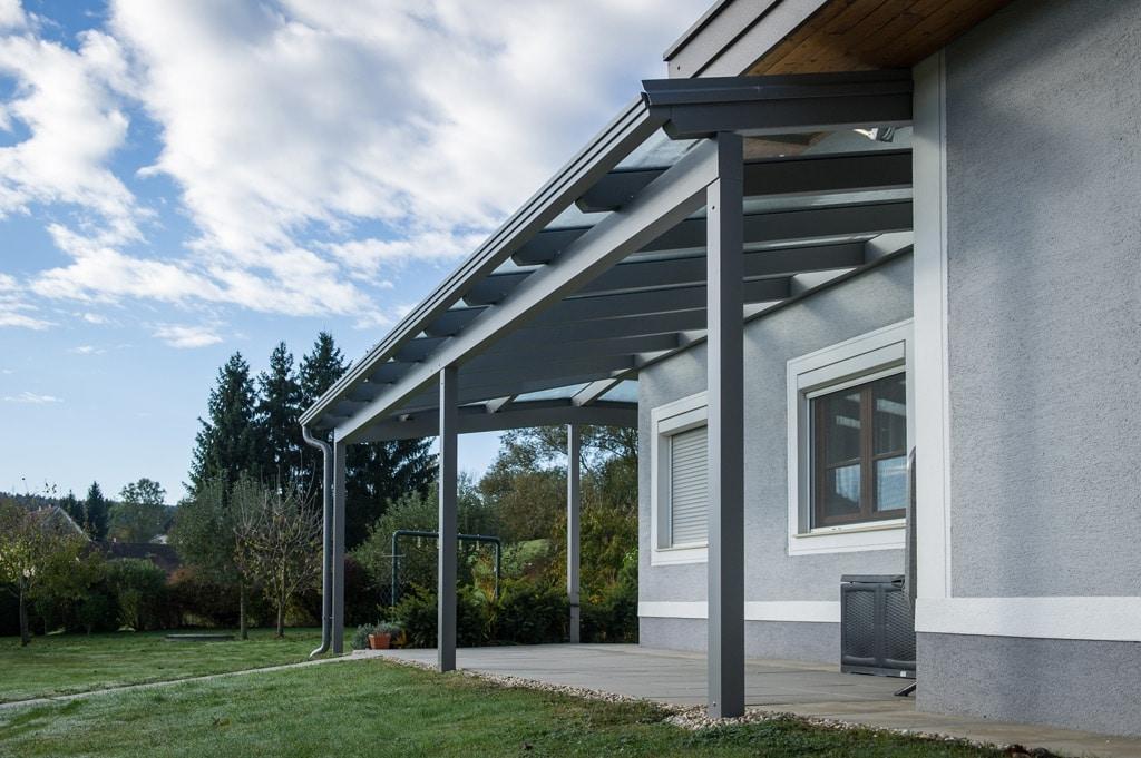 Terrassendach Alu 70 c | Ecküberdachung aus Aluminium-Glas bei Hausecke, grau beschichtet | Svoboda