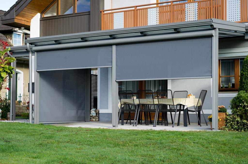 Terrassendach Alu 70 d | Aludach grau mit grauen Senkrechtmarkisen teilweise ausgefahren | Svoboda