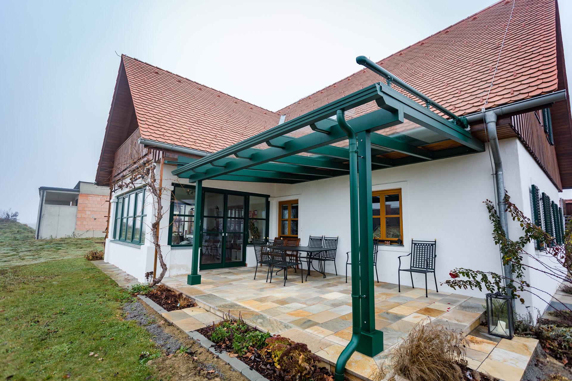 Terrassendach Alu 71 a | Grün, Klarglas-Scheibe, Regenrinne, Ablaufrohr, an Haus montiert | Svoboda