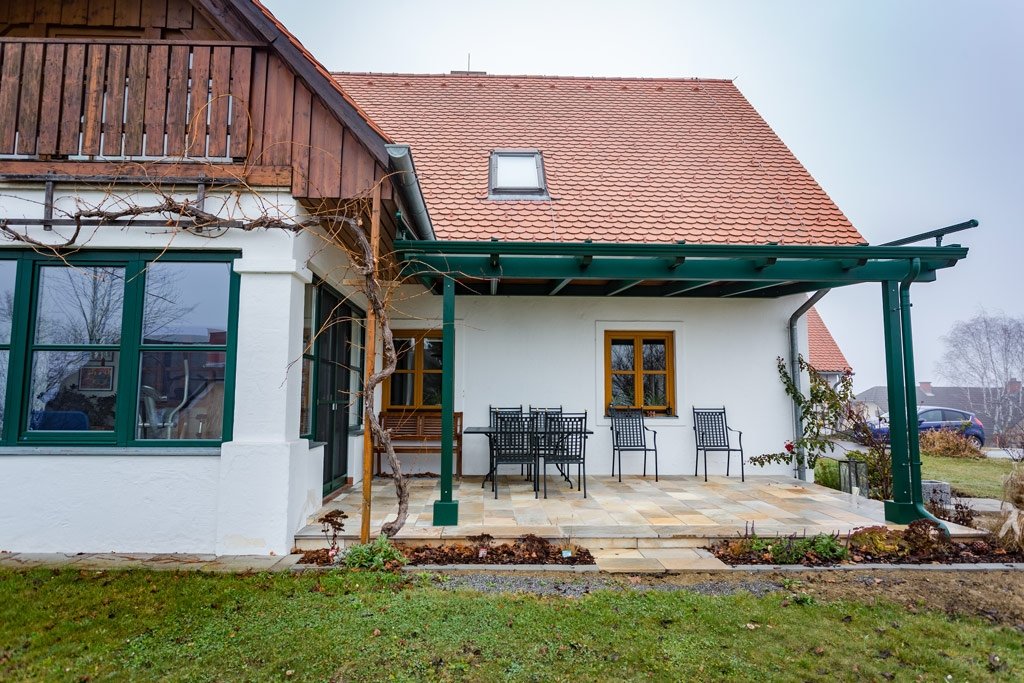 Terrassendach Alu 71 | moosgrün beschichtet mit Alu-Dachrinne und Alu-Regenablaufrohr | Svoboda