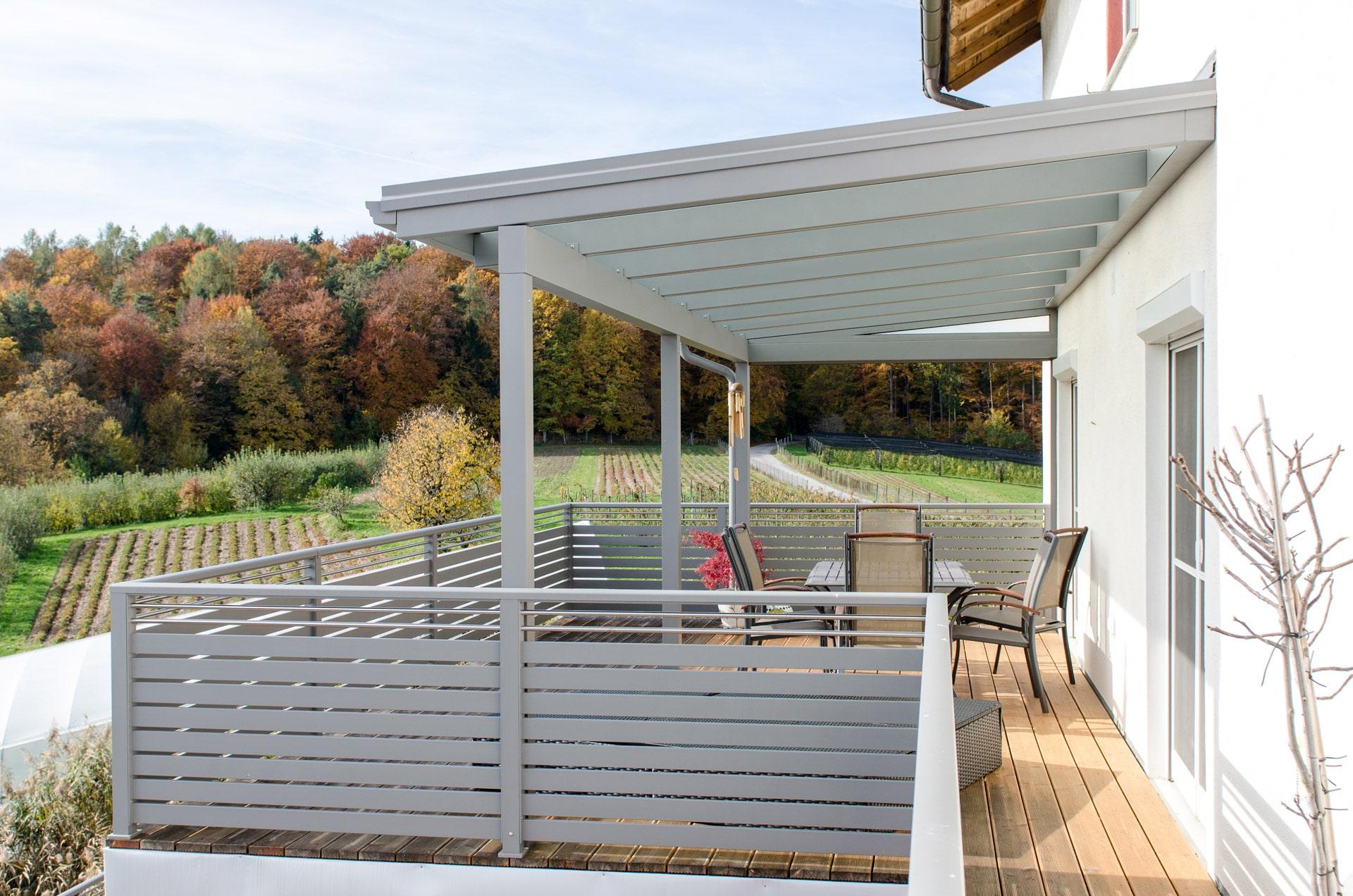 Terrassendach Alu 77 a | an Hausmauer montiert mit Stehern, hellgrau, Seitenansicht | Svoboda