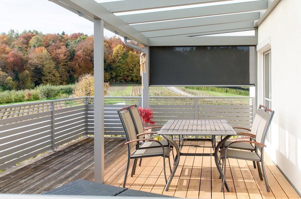Terrassendach Alu 77 c | hellbrau gepulvert mit schwarzer Senkrechtmarkise halb geöffnet | Svoboda