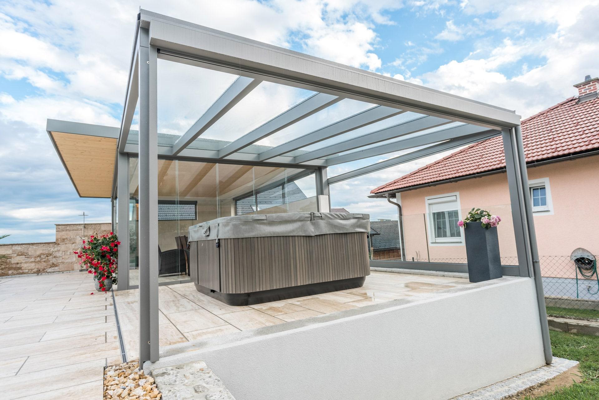 Terrassendach Alu 80 a | graues Alu-Glas-Dach über Whirlpool mit Klarglaseindeckung | Svoboda
