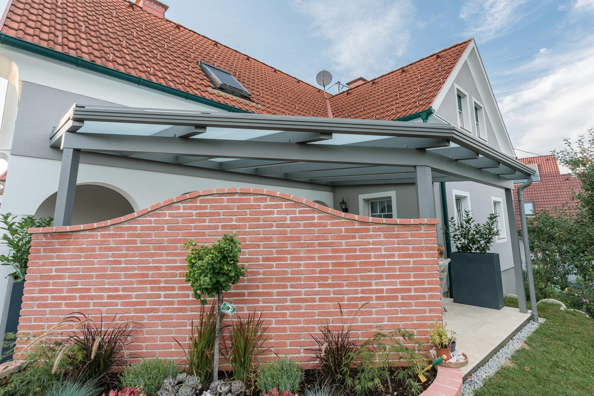 Terrassendach Alu 83 a | Sonderform Rechteck & Dreieck kombiniert, Alu hellgrau, mattglas | Svoboda