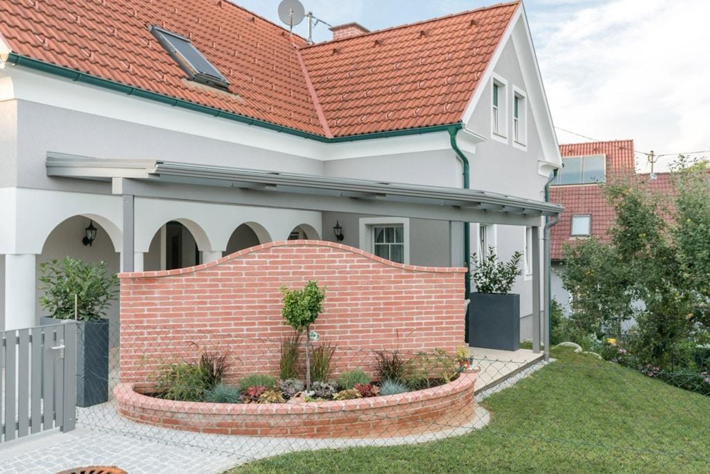 Terrassendach Alu 83 c | und Eingangsdach in einem, hellgrau mit Regenrinne und -Ablauf | Svoboda