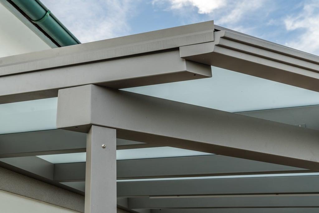 Terrassendach Alu 83 f | Nahaufnahme Alu-Steher, Aluminium-Dachrinne & Mattglas-Eindeckung | Svoboda