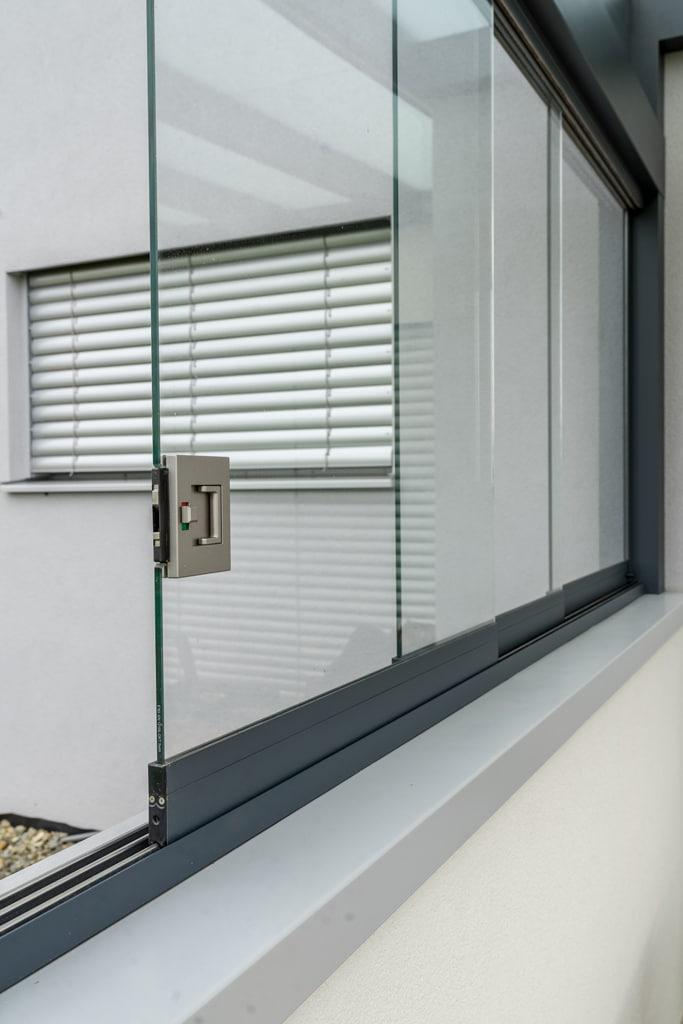 Terrassendach Alu 84 f | mit verschließbaren Glasschiebeelementen seitlich auf Mauer | Svoboda