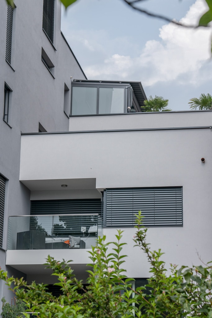 Terrassendach Alu 86 e | Alu-Dach auf Dachterrasse bei Wohnungsblock, Straßenperspektive | Svoboda