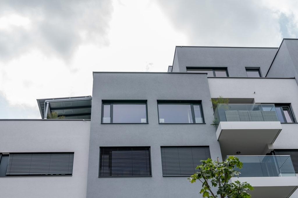 Terrassendach Alu 86 e | Überdachung auf Dachterrasse bei Penthaus, Straßenperspektive | Svoboda
