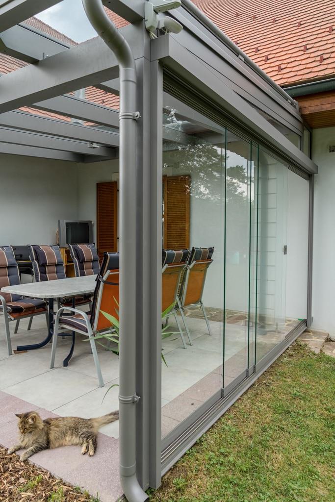 Terrassendach Alu 88 c   grau, seitliche Windschutz Glasschiebeelementen, 4-spurige Anlage   Svoboda