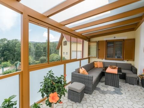 Terrassendach Alu 90 b | ockerbraun mit Winschutzverglasung zum Öffnen & Fixverglasung | Svoboda