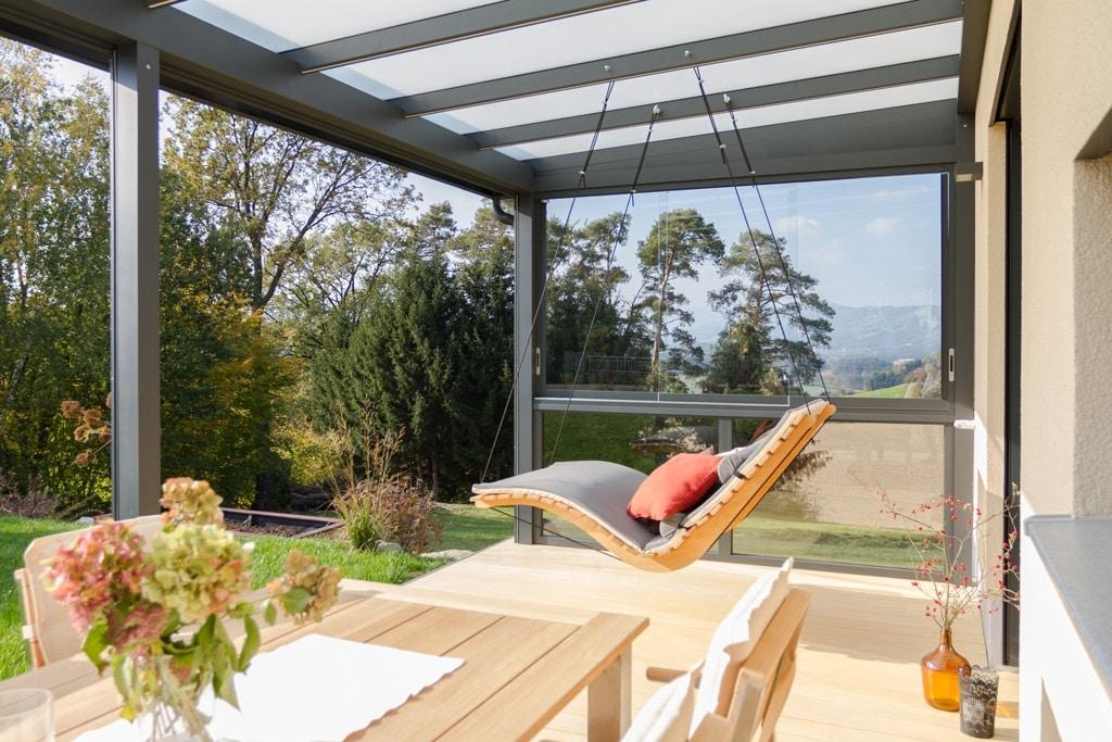 Terrassendach Alu 92 d   grau, Unteransicht, Windschutz & Regenschutz-Glas seitlich   Svoboda