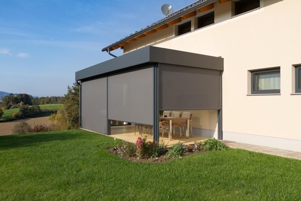 Terrassendach Alu 92 e   mit grauen Senkrechtmarkisen auf 3 Seiten halb oder ganz geöffnet   Svoboda