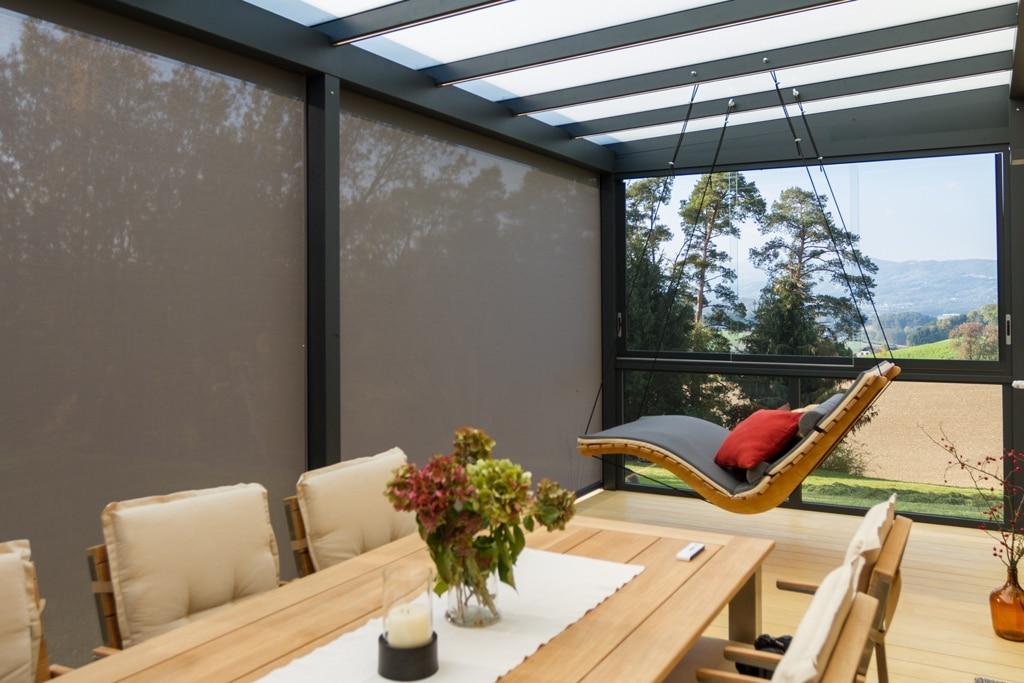 Terrassendach Alu 92 f   Innenansicht Blendschutz Senkrechtmarkise grau, Seiten-Verglasung   Svoboda
